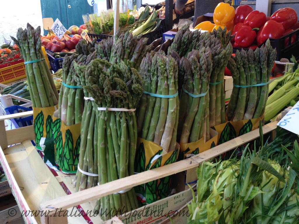 fruttivendolo-asparagi-venezia -asparagus at a greengrocer in  venice